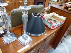 A SMALL GLASS DROP CHANDELIER AND A PAIR OF TABLE LAMPS.