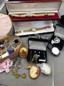 A QUANTITY OF JEWELLERY AND WATCHES TO INCLUDE A SILVER AND AGATE BAR BROOCH, A PAIR OF SILVER