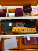 A VINTAGE JEWELLERY BOX AND CONTENTS TO INCLUDE A YELLOW METAL RING AND BROOCH BOTH STAMPED 333