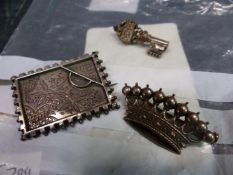 THREE VINTAGE DECORATIVE BROOCHES TO INCLUDE A SILVER PANEL EXAMPLE TOGETHER WITH TWO 9ct GOLD