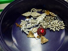 A QUANTITY OF DIAMANTE AND PASTE SET JEWELLERY TO INCLUDE BROOCHES, EARRINGS, ETC.