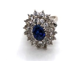 A VINTAGE 18ct WHITE GOLD HALLMARKED SAPPHIRE AND CUBIC ZIRCONIA ASCENDING DOUBLE CLUSTER RING.