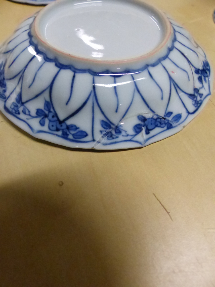 A SET OF SIX CHINESE BLUE AND WHITE TEA BOWLS AND SAUCERS, THE LATTER CENTRALLY PAINTED WITH A - Bild 15 aus 15