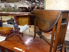 A EDWARDIAN MAHOGANY OVAL TABLE ON CARVED COLUMN AND SCROLLING BRACKET TRIPOD TOGETHER WITH AN OVAL