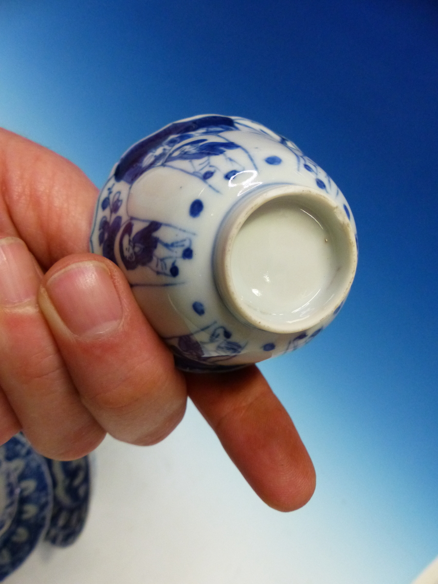 A SET OF SIX CHINESE BLUE AND WHITE TEA BOWLS AND SAUCERS, THE LATTER CENTRALLY PAINTED WITH A - Bild 5 aus 15