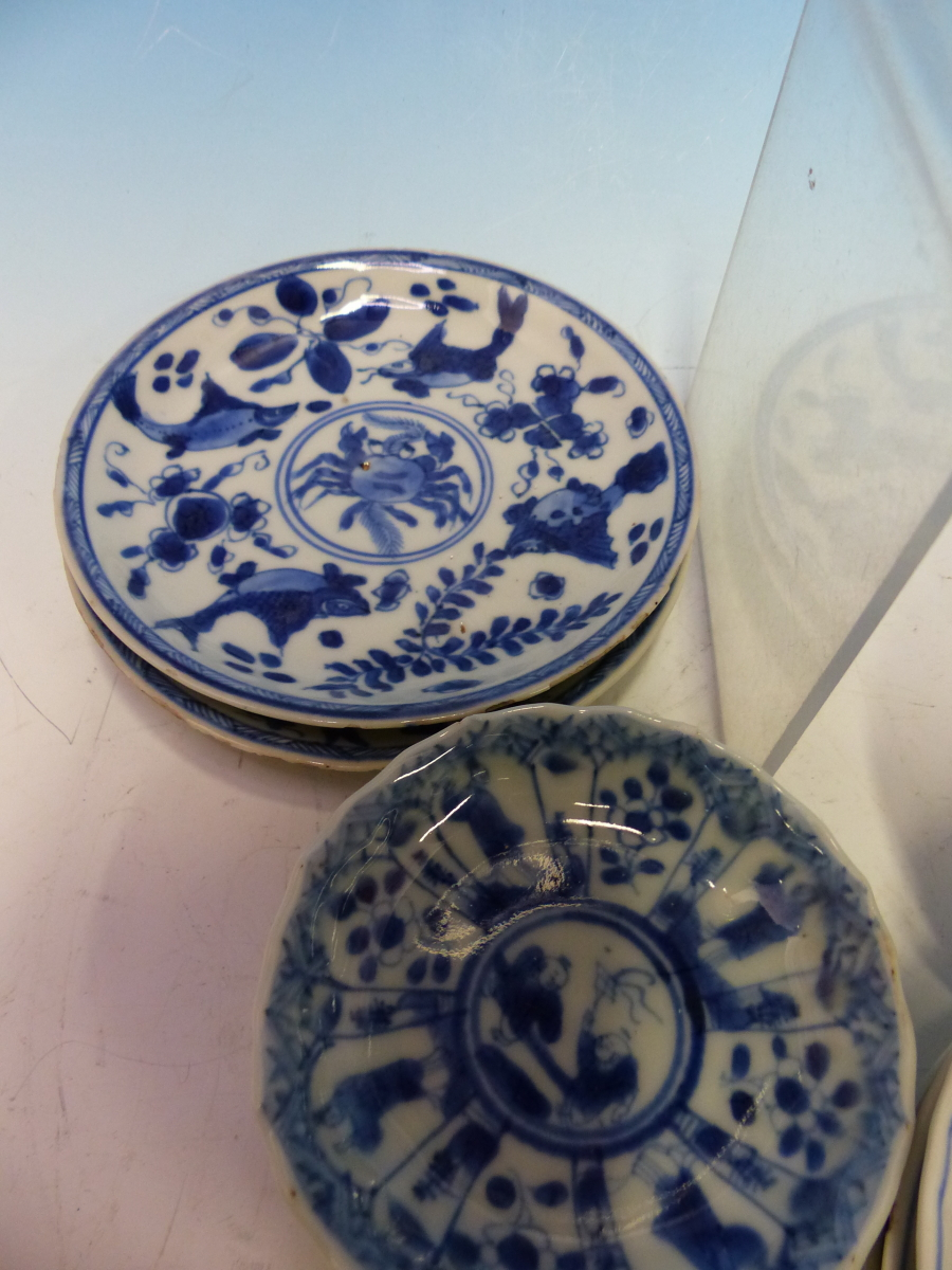A COLLECTION OF CHINESE BLUE AND WHITE TEA BOWLS AND SAUCERS - Bild 13 aus 13