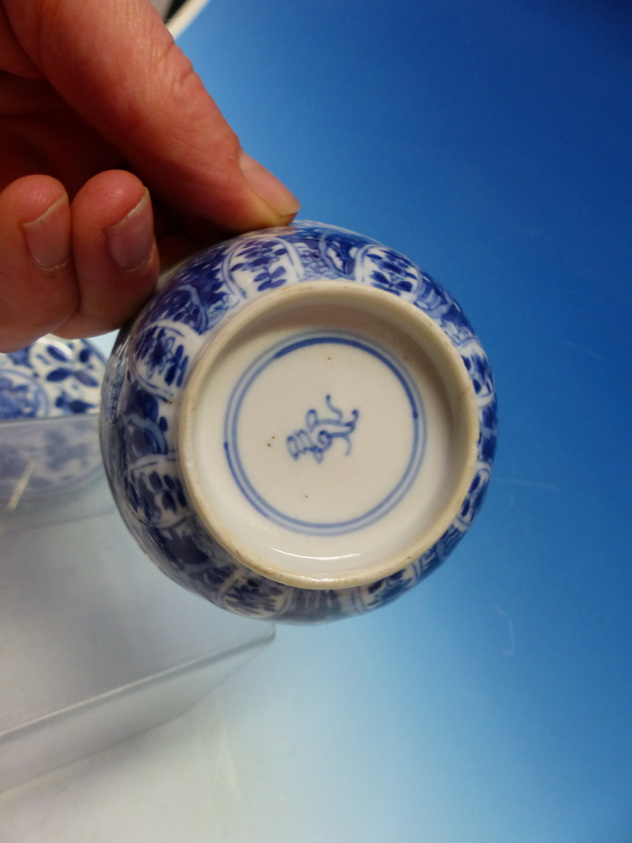 A COLLECTION OF CHINESE BLUE AND WHITE TEA BOWLS AND SAUCERS - Bild 11 aus 13
