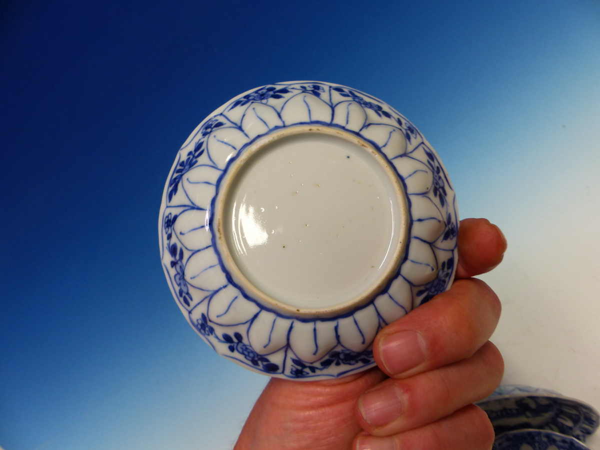 A SET OF SIX CHINESE BLUE AND WHITE TEA BOWLS AND SAUCERS, THE LATTER CENTRALLY PAINTED WITH A - Bild 6 aus 15