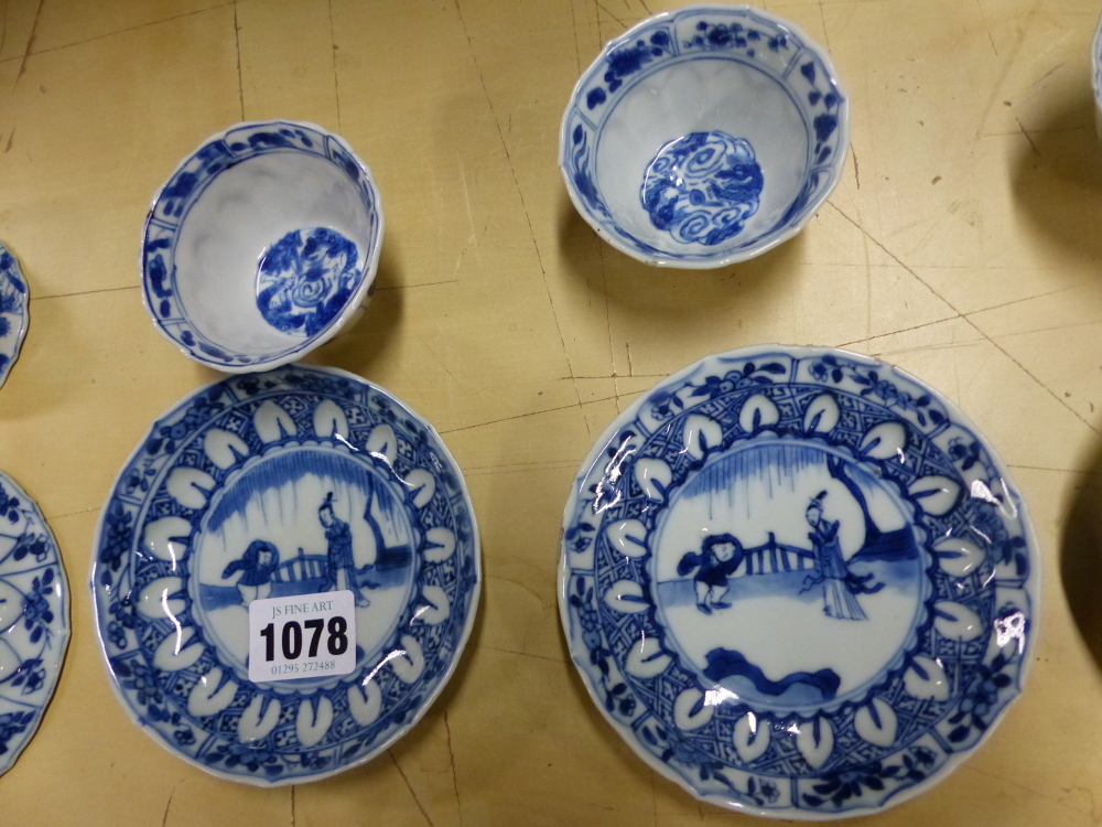 A SET OF SIX CHINESE BLUE AND WHITE TEA BOWLS AND SAUCERS, THE LATTER CENTRALLY PAINTED WITH A - Bild 11 aus 15