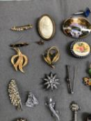 A VINTAGE LADIES POCKET WATCH, COSTUME BROOCHES, A LOOSE SHELL CAMEO, ETC.