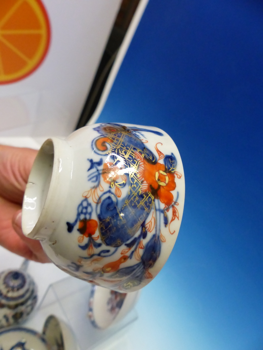 A CHINESE IMARI LOBED TEA POT AND COVER PAINTED WITH FLOWERS TOGETHER WITH A TEA BOWL AND THREE - Bild 4 aus 10