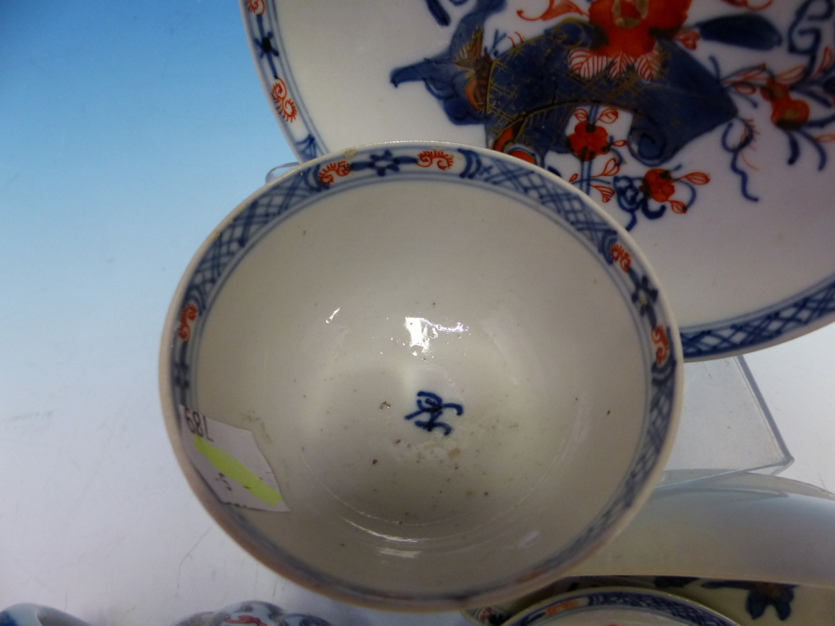 A CHINESE IMARI LOBED TEA POT AND COVER PAINTED WITH FLOWERS TOGETHER WITH A TEA BOWL AND THREE - Bild 2 aus 10