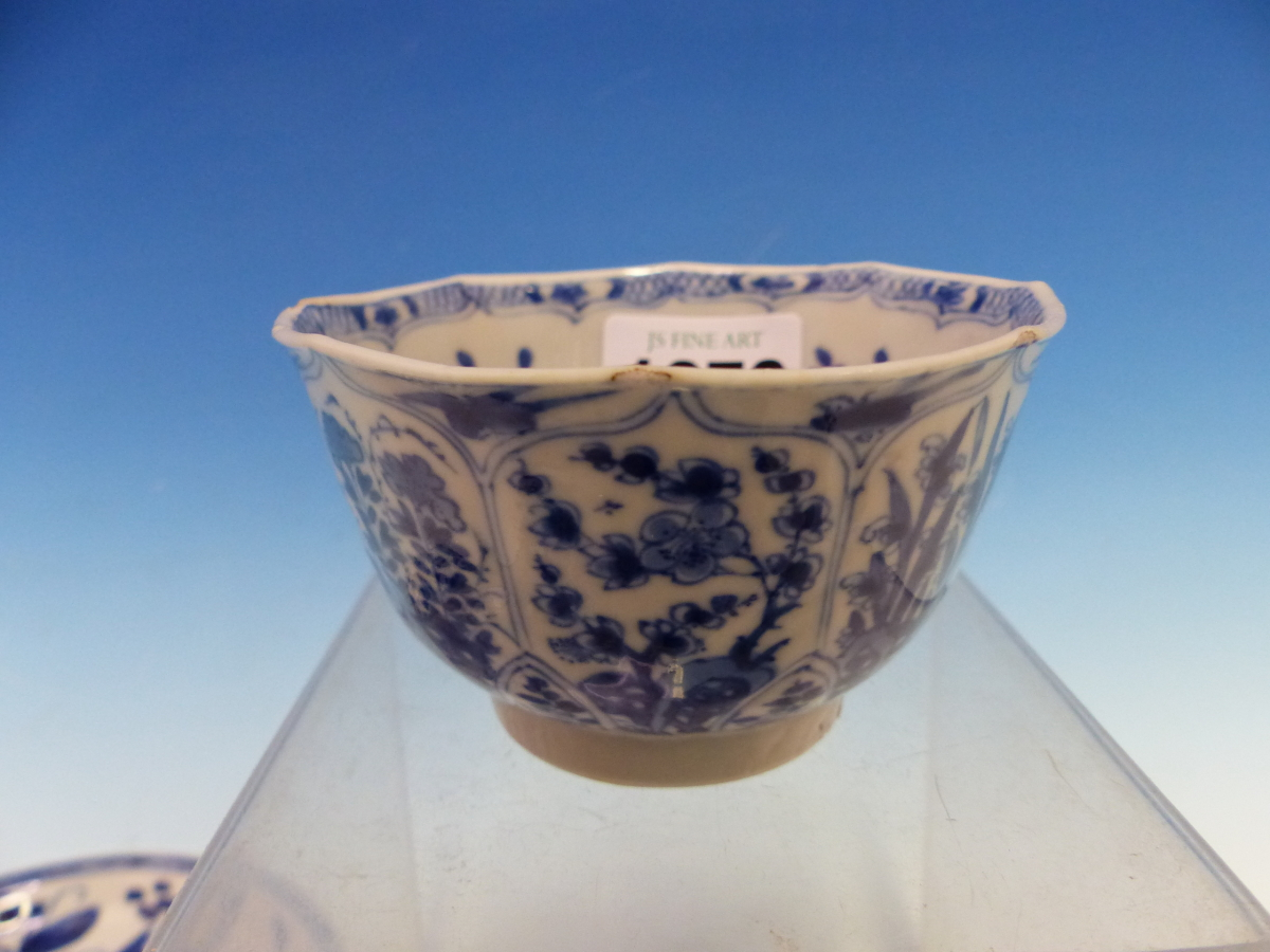 A COLLECTION OF CHINESE BLUE AND WHITE TEA BOWLS AND SAUCERS - Bild 9 aus 13