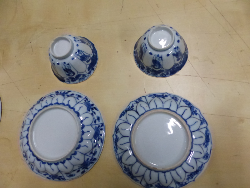 A SET OF SIX CHINESE BLUE AND WHITE TEA BOWLS AND SAUCERS, THE LATTER CENTRALLY PAINTED WITH A - Bild 14 aus 15