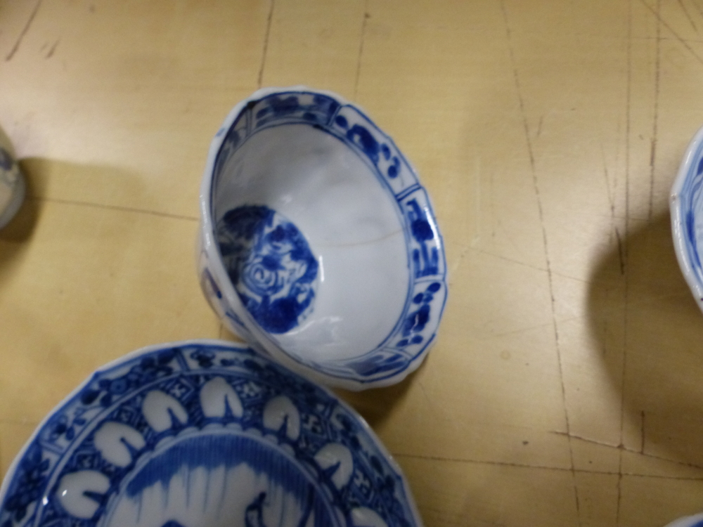 A SET OF SIX CHINESE BLUE AND WHITE TEA BOWLS AND SAUCERS, THE LATTER CENTRALLY PAINTED WITH A - Bild 7 aus 15