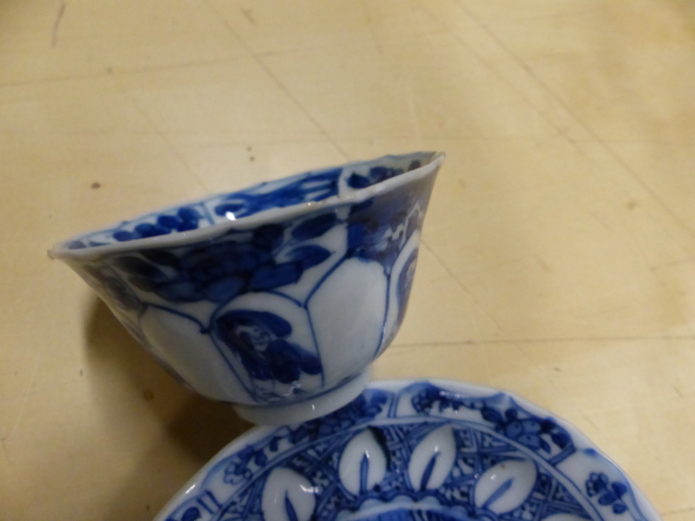 A SET OF SIX CHINESE BLUE AND WHITE TEA BOWLS AND SAUCERS, THE LATTER CENTRALLY PAINTED WITH A - Bild 8 aus 15
