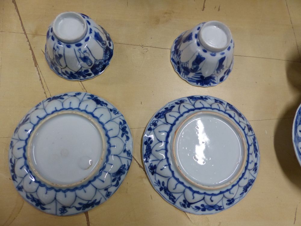 A SET OF SIX CHINESE BLUE AND WHITE TEA BOWLS AND SAUCERS, THE LATTER CENTRALLY PAINTED WITH A - Bild 10 aus 15