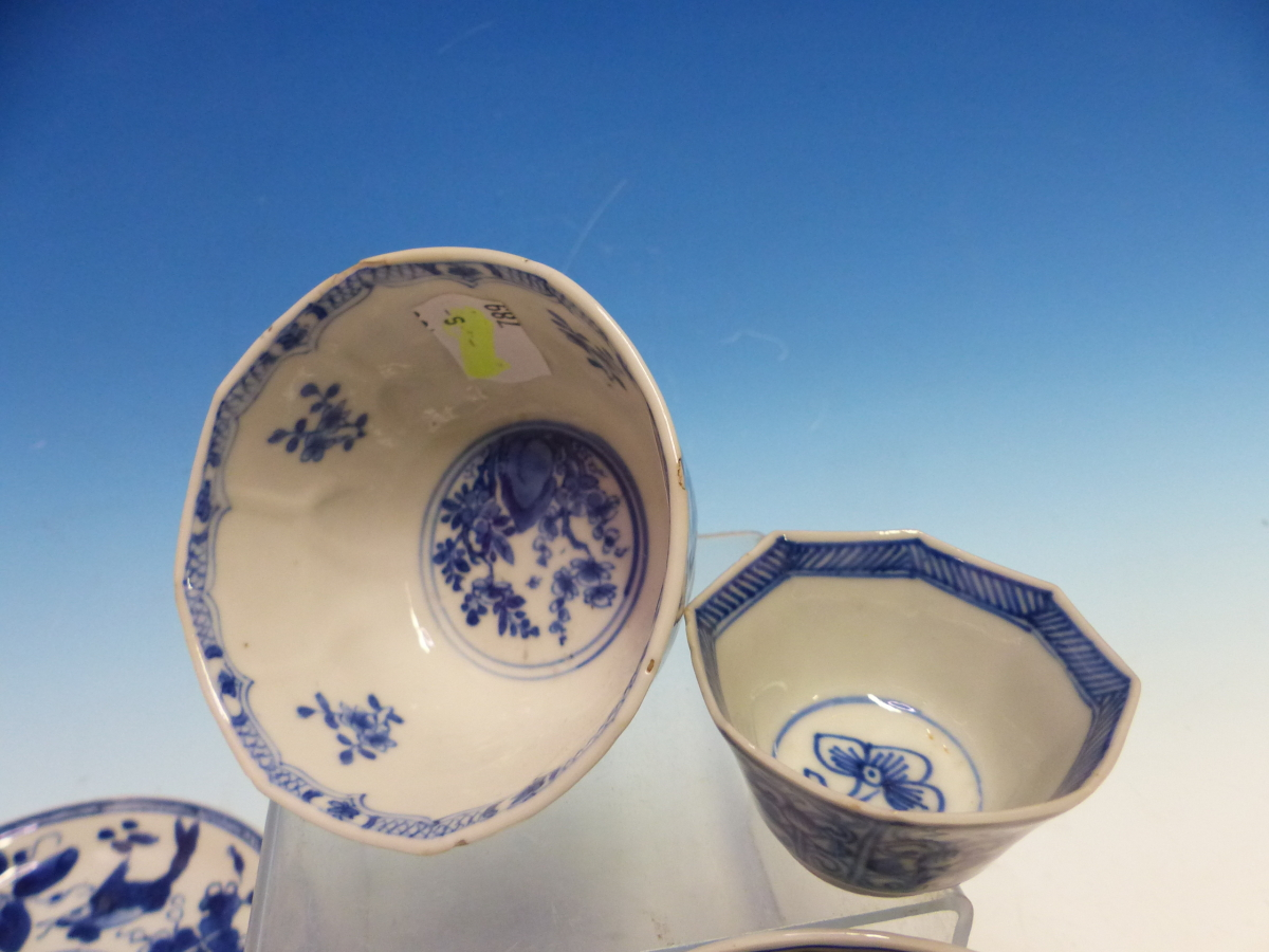 A COLLECTION OF CHINESE BLUE AND WHITE TEA BOWLS AND SAUCERS - Bild 2 aus 13