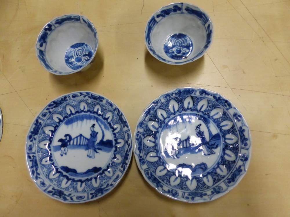 A SET OF SIX CHINESE BLUE AND WHITE TEA BOWLS AND SAUCERS, THE LATTER CENTRALLY PAINTED WITH A - Bild 13 aus 15