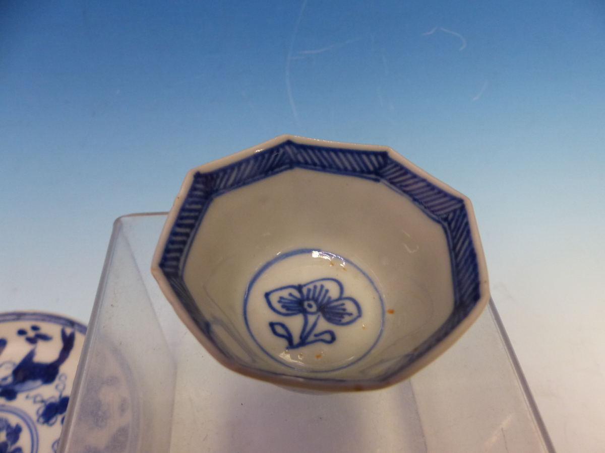 A COLLECTION OF CHINESE BLUE AND WHITE TEA BOWLS AND SAUCERS - Bild 3 aus 13