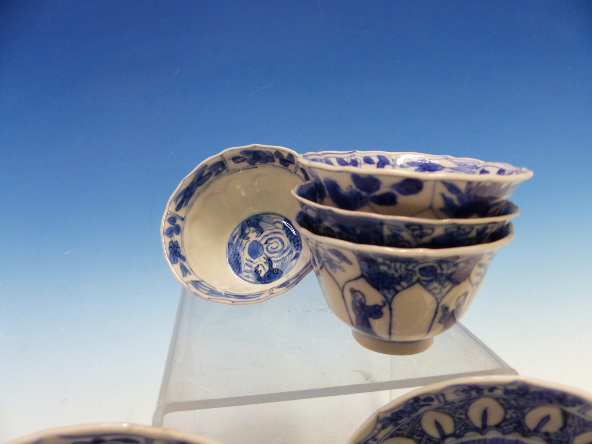 A SET OF SIX CHINESE BLUE AND WHITE TEA BOWLS AND SAUCERS, THE LATTER CENTRALLY PAINTED WITH A - Bild 3 aus 15