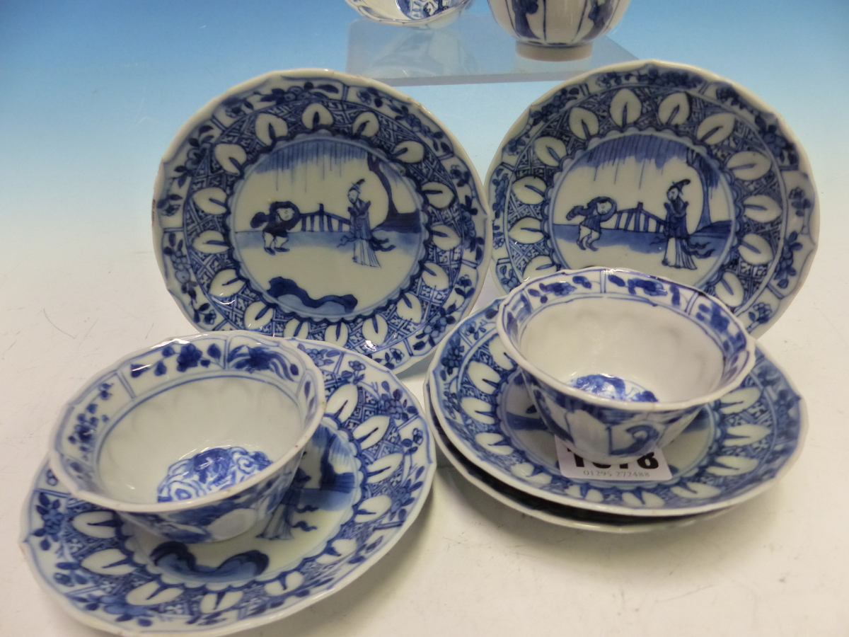 A SET OF SIX CHINESE BLUE AND WHITE TEA BOWLS AND SAUCERS, THE LATTER CENTRALLY PAINTED WITH A - Bild 2 aus 15