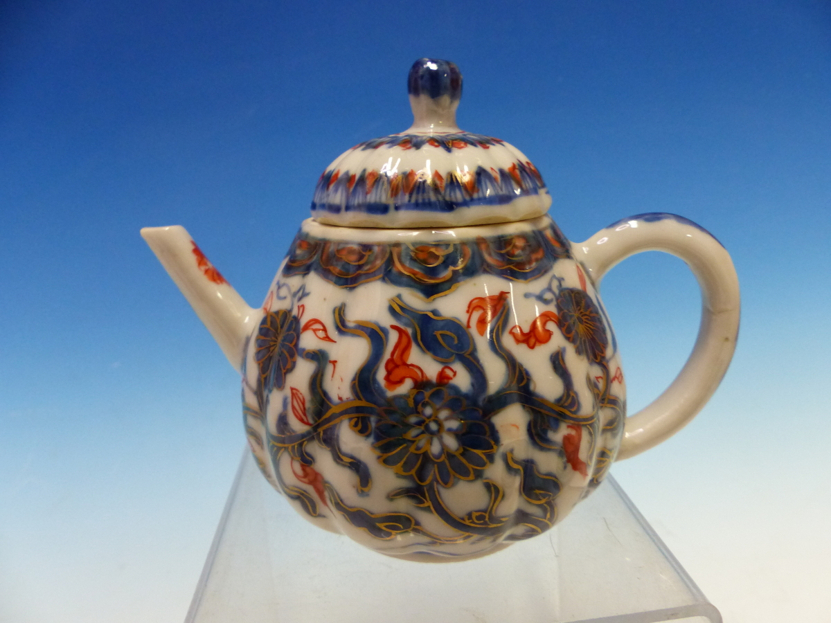 A CHINESE IMARI LOBED TEA POT AND COVER PAINTED WITH FLOWERS TOGETHER WITH A TEA BOWL AND THREE - Bild 8 aus 10