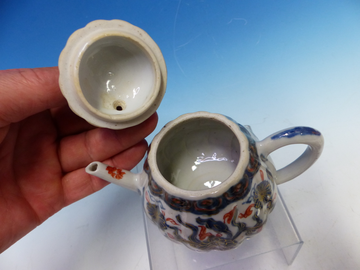 A CHINESE IMARI LOBED TEA POT AND COVER PAINTED WITH FLOWERS TOGETHER WITH A TEA BOWL AND THREE - Bild 9 aus 10