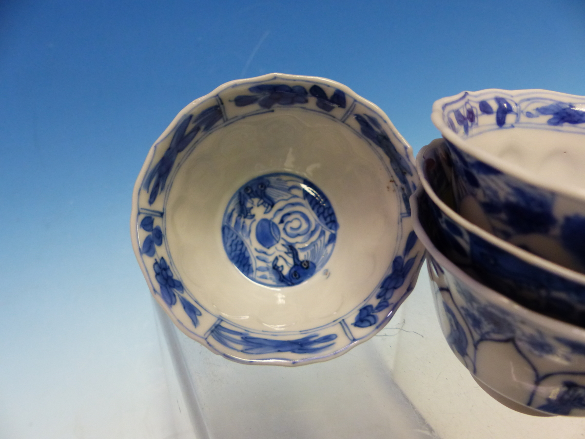 A SET OF SIX CHINESE BLUE AND WHITE TEA BOWLS AND SAUCERS, THE LATTER CENTRALLY PAINTED WITH A - Bild 4 aus 15