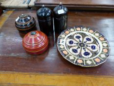 A DERBY TEA PLATE AND VARIOUS TREEN BOXES.