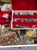 A LARGE QUANTITY OF VARIOUS JEWELLERY TO INCLUDE A SILVER POSY BUTTONHOLE BROOCH, VARIOUS LADIES