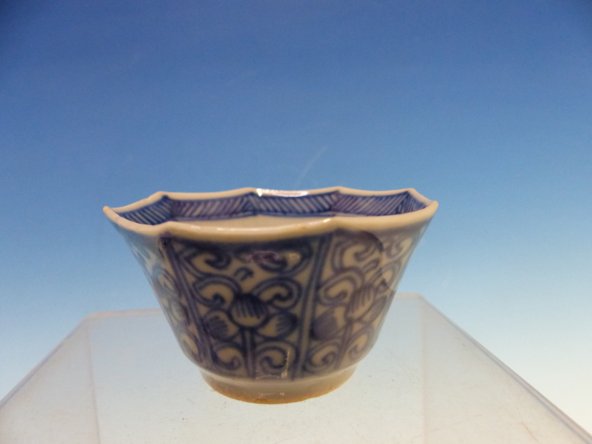 A COLLECTION OF CHINESE BLUE AND WHITE TEA BOWLS AND SAUCERS - Bild 4 aus 13