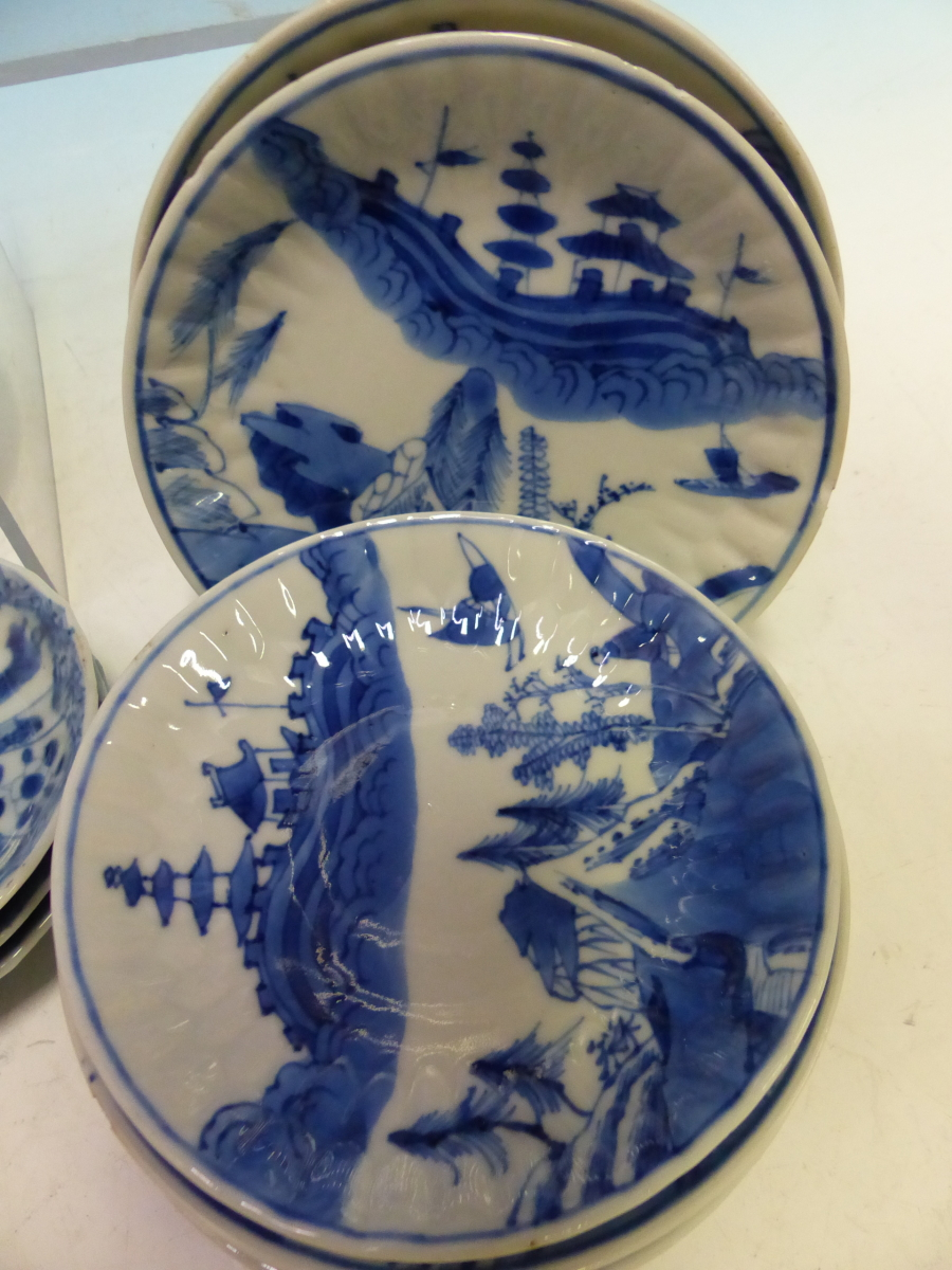 A COLLECTION OF CHINESE BLUE AND WHITE TEA BOWLS AND SAUCERS - Bild 12 aus 13