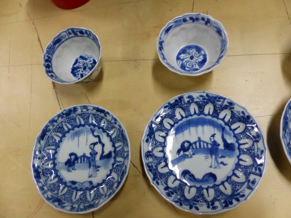 A SET OF SIX CHINESE BLUE AND WHITE TEA BOWLS AND SAUCERS, THE LATTER CENTRALLY PAINTED WITH A - Bild 9 aus 15