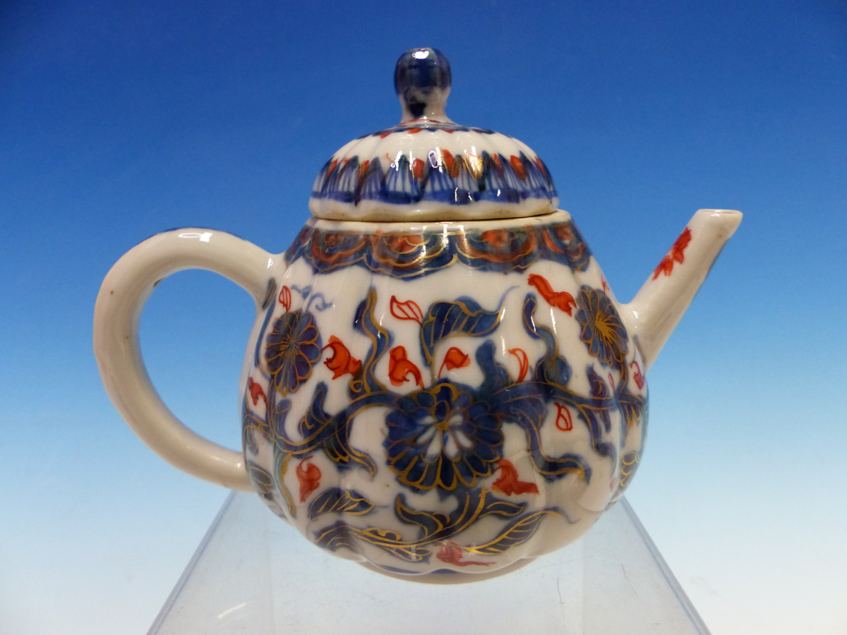 A CHINESE IMARI LOBED TEA POT AND COVER PAINTED WITH FLOWERS TOGETHER WITH A TEA BOWL AND THREE - Bild 7 aus 10
