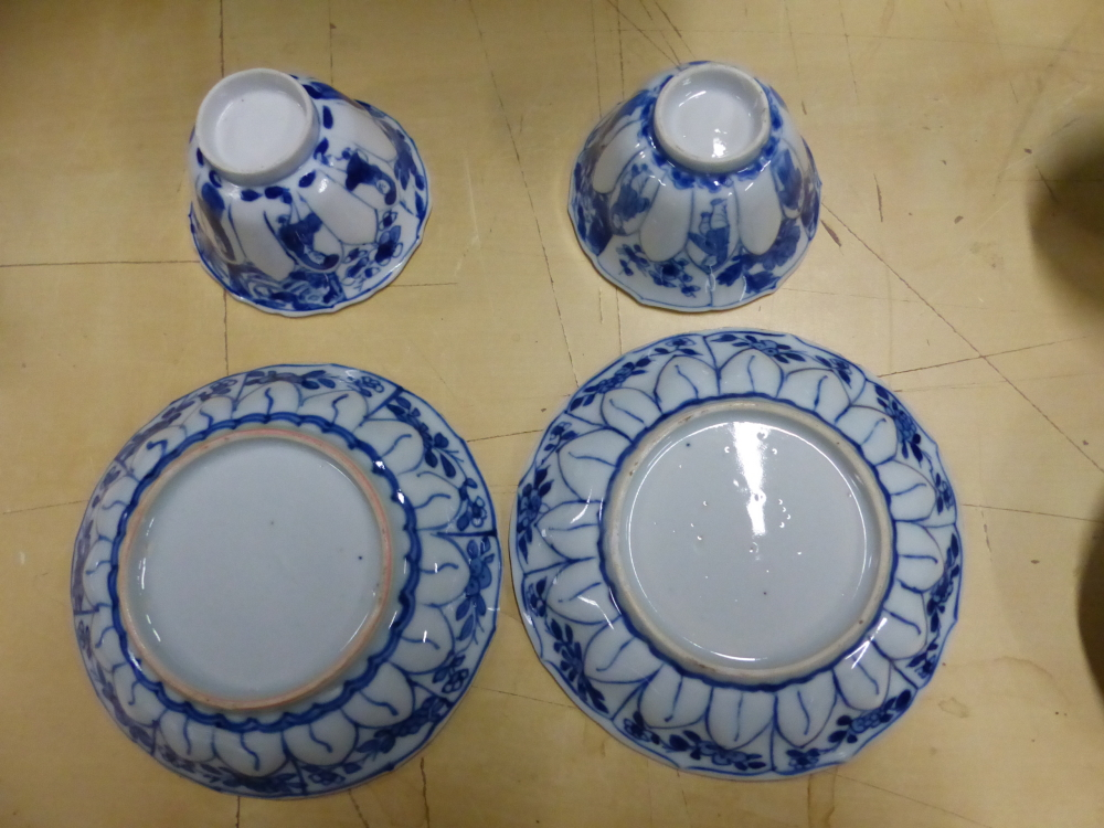 A SET OF SIX CHINESE BLUE AND WHITE TEA BOWLS AND SAUCERS, THE LATTER CENTRALLY PAINTED WITH A - Bild 12 aus 15