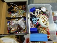 A SMALL JEWELLERY BOX AND CONTENTS, OTHER LOOSE JEWELLERY AND WATCHES.