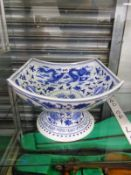 A CHINESE BLUE AND WHITE ROUNDED SQUARE FOOTED BOWL DECORATED WITH DRAGONS