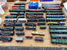 A COLLECTION OF OO GAUGE ELECTRIC LOCOMOTIVES AND CARRIAGES BY HORNBY AND OTHERS