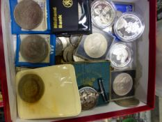 A QUANTITY OF VARIOUS GB COPPER COINS, CROWNS, AND A MILITARY MEDAL.