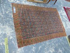 AN ANTIQUE PERSIAN FEREGHAN RUG, 185 x 118cms