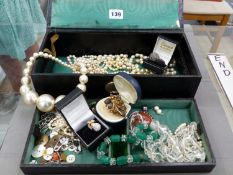 A LEATHER CASED JEWELLERY CASE AND CONTENTS TO INCLUDE VARIOUS VINTAGE STRANDS OF PEARL NECKLACES,