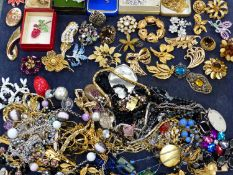 VINTAGE COSTUME JEWELLERY TO INCLUDE BROOCHES, NECKLACES ETC