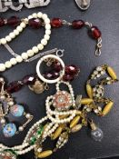 A COLLECTION OF VINTAGE JEWELLERY TO INCLUDE A PASTE NECKLACE SIGNED HGM, BEADS, A PASTE STONE