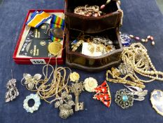 A THREE TIER WOODEN JEWELLERY CASE AND CONTENTS TO INCLUDE SILVER, AND COSTUME PIECES, FOUR LOOSE
