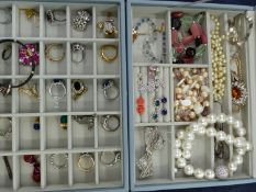 A STACKERS TWO PARK JEWELLERY CASE AND CONTENTS, TO INCLUDE TI SENTO PEARL AND DIAMANTE NECKLACE,
