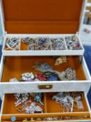 A VINTAGE JEWELLERY CASE AND CONTENTS, TO INCLUDE VINTAGE COSTUME JEWELLERY