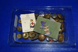 SMALL BOX CONTAINING MILITARY BUTTONS AND BADGES