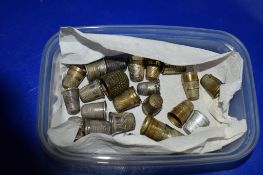 SMALL BOX CONTAINING QUANTITY OF SILVER METAL THIMBLES