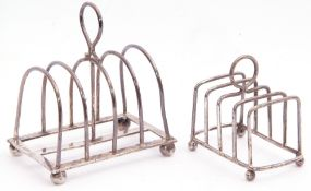 Small George V toast rack having five wire work hoops to a rectangular base and raised on four